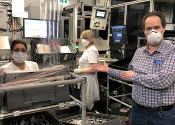 Die ZKW Lichtsysteme GmbH führte im Zuge der Coronakrise einige Maßnahmen zum Schutz der Gesundheit der MitarbeiterInnen ein, wie z.B. Schutzvorhänge zwischen den Arbeitsplätzen, Mund-Nasen-Schutzmasken und Fiebermessen beim Betreten der Firma. ©  , AK Niederösterreich, zVg