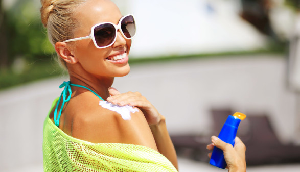 Frau cremt sich mit Sonnencreme die Schulter ein © Paul Tarasenko, stock.adobe.com