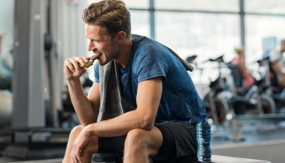 Sportler isst einen Proteinriegel © Rido, stock.adobe.com