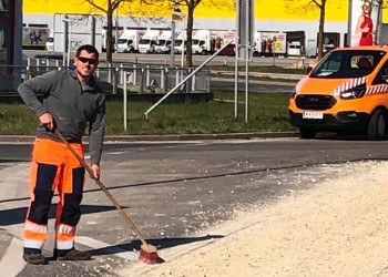Die Entfernung von Schotter auf der Fahrbahn zählt unter anderem zu den Aufgaben von Bonaventura Services-Mitarbeiter Hermann Matich, der mit vollem Einsatz freie Fahrt ermöglicht. ©  , AK Niederösterreich, zVg