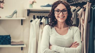 Junge Verkäuferin in Kleidergeschäft. © georgerudy , Adobe Stock