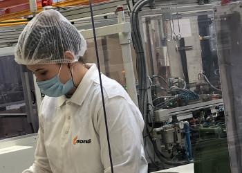 Die MitarbeiterInnen der Mondi Korneuburg GmbH achten zur Zeit der Coronakrise nicht nur auf Sicherheitsabstände, sondern trugen auch schon früh Schutzmasken bei der Herstellung der Verpackungen von Lebensmitteln und medizinischen Produkten. ©  , AK Niederösterreich, zVg