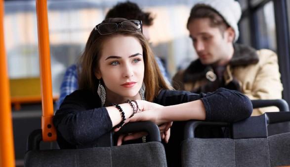 Frau in einem öffentlichem Verkehrsmittel © mrcats , stock.adobe.com