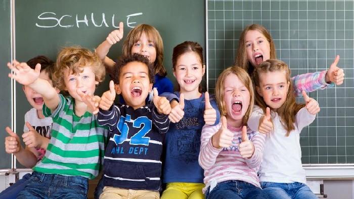 SchülerInnen zeigen Daumen hoch. © drubig-photo, stock.adobe.com