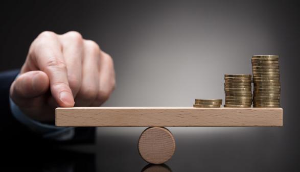 Geld auf der Waage © Andrey Popov, stock.adobe.com