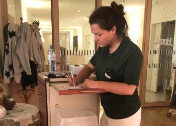 Betriebsrätin und Pflegerin Irina Thaler vom Haus der Barmherzigkeit in Horn kümmert sich mit ihrem Team in der Coronakrise umso mehr um deren BewohnerInnen.  ©  , AK Niederösterreich, zVg