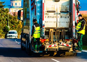 Als Fahrer bei der Müllabfuhr (Firma Kerschner/Mank) entleert er und sein Team jeden Tag um die 350 Mülltonnen.  © M. Scheichl, AK Niederösterreich