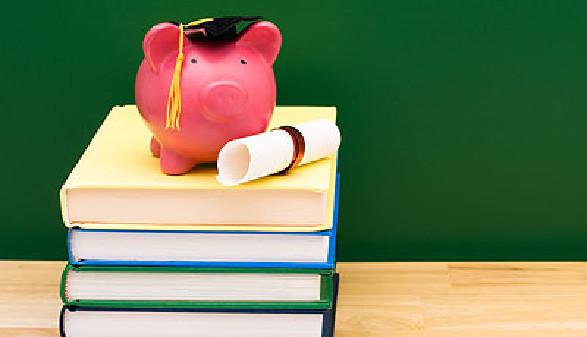 Schulbücher mit Sparschwein © Karen Roach, Fotolia.com