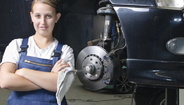 Lehrling in Autowerkstatt © runzelkorn, Fotolia.com