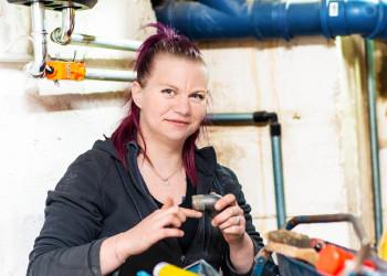 Bianca Flis (27) arbeitet als Installateurin bei einer Firma in Enzersdorf an der Fischa. Sie ist gerade auf einer größeren Baustelle zugeteilt, wo darauf geachtet wird, dass nicht zu viele KollegInnen vor Ort sind. ©  , AK Niederösterreich, zVg