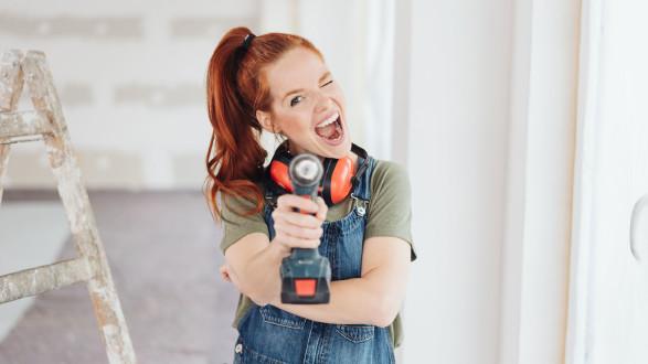Frau hält Akkuschrauber in die Kamera. © contrastwerkstatt, stock.adobe.com
