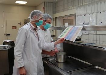 Küchenchef Rainer Richard (vorne) und Raffael Hafner von der Rehaklinik Pirawarth sorgen trotz geänderten Bedingungen durch die Coronapandemie für das leibliche Wohl der GästInnen. ©  , AK Niederösterreich, zVg
