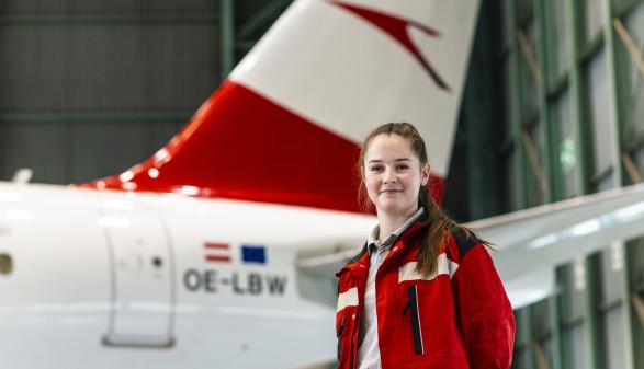 Luftfahrzeugtechnikerin Julia Csukovits vor einem Flugzeug. © M. Scheichel, AK Niederösterreich