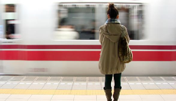 Junge Frau wartet auf die Bahn © Delphimages, Fotolia