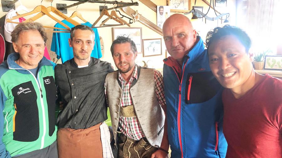 AK Niederösterreich-Präsident und ÖGB NÖ-Vorsitzender Markus Wieser (2. von re.) mit Ernst Dullnig (Naturfreunde NÖ, ganz li.) bei den Mitarbeitern der Fischerhütte am Schneeberg. ©  , AK Niederösterreich