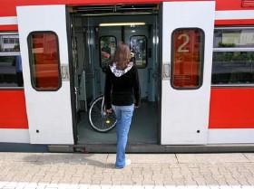 Pendlerin steigt in Zug. © Phototom, Fotolia.com