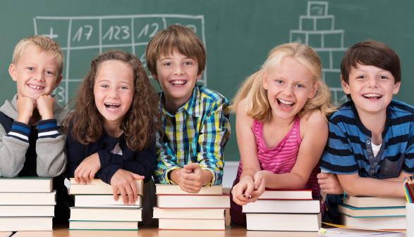 Schüler stützen sich auf Schulbücher © contrastwerkstatt , stock.adobe.com