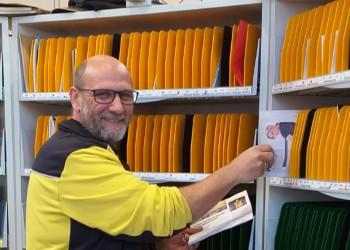 Postler Stefan Wilfonseder aus Bad Schönau schaut darauf, dass die Post auch dort ankommt, wo sie hin soll. ©  , AK Niederösterreich, zVg