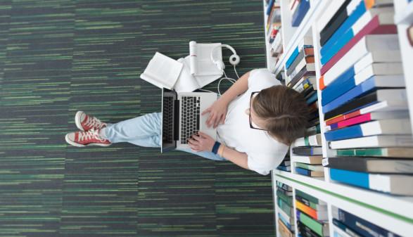 Junge Frau beim Lernen in der Bibliothek © .shock, stock.adobe.com