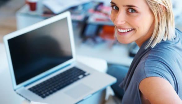 Frau mit Laptop ©  , stock.adobe.com