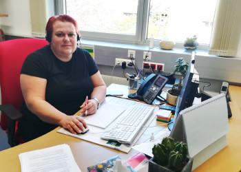 Normalerweise würde Christina Parzer vom AMS Neunkirchen im direkten KundInnenkontakt Arbeitssuchende beraten. Durch Corona unterstützt sie ihre Service-KollegInnen nun allerdings telefonisch. ©  , AK Niederösterreich, zVg