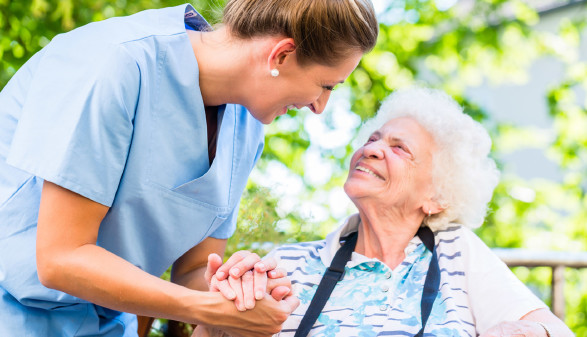 Junge Frau kümmert sich um ältere Frau © Kzenon, stock.adobe.com
