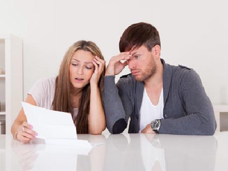 Junges Paar liest wenig begeistert einen Brief © apops, Fotolia.com