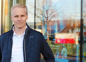 Betriebsrat Thomas Rauch von der Firma Apotronic aus Leopoldsdorf, welche sich auf kontaktlose Rezepte spezialisiert hat, setzte binnen Stunden eine Betriebsvereinbarung für Home Office durch. ©  , AK Niederösterreich, zVg