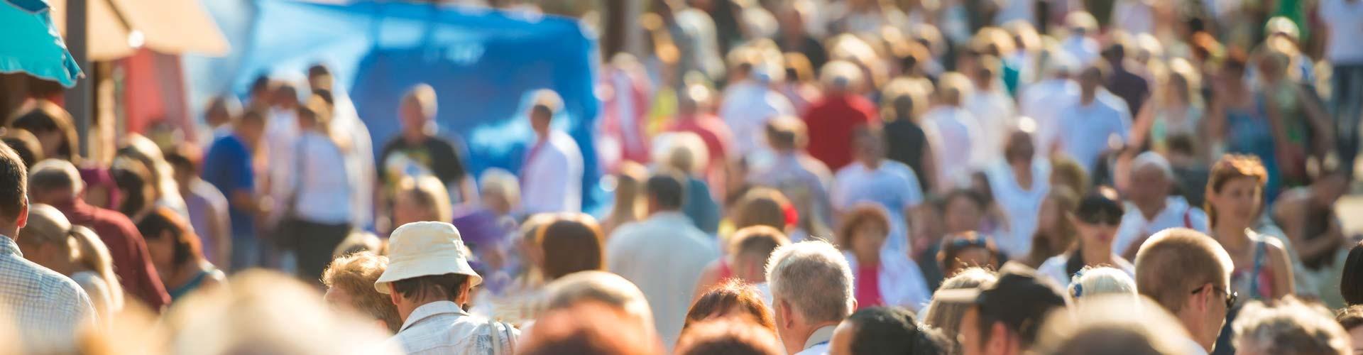 Viele Menschen spazieren in der Sonne © Pavlo Vakhrushev, stock.adobe.com