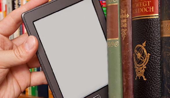 e-Book Reader in einer Bibliothek im Bücherregal zwischen alten Büchern © Markus Bormann, fotolia.com
