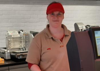 Petra Dürr aus der Billa-Filiale Horn bedient ihre KundInnen der Wurst- und Käsetheke auch zu Coronazeiten mit Freude. ©  , AK Niederösterreich, zVg