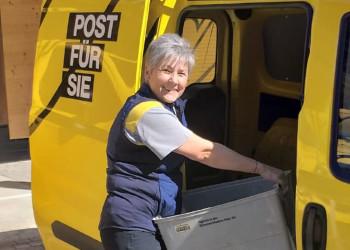 Elisabet Varga, Postlerin in Bad Schönau, stellt Briefe und Pakete auch während der Coronakrise mit Freude zu. ©  , AK Niederösterreich, zVg