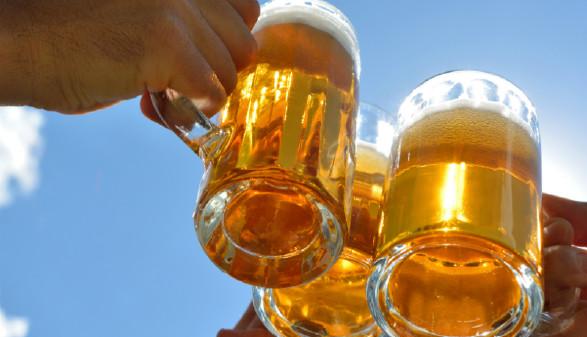 Anstoßen mit Bier © mhp, Fotolia.de