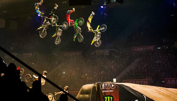 Vier Stuntmen bei Sprung mit Bikes © Rutger Pauw, Masters of Dirt