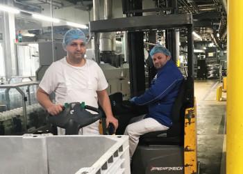 Fatmir Zhugoli und Bekim Dervishaj aus der Abteilung Materialbeschaffung und Abtransport der Firma NÖN schauen, dass wir unsere Milch nach wie vor abgepackt im Supermarkt erhalten. ©  , AK Niederösterreich, zVg