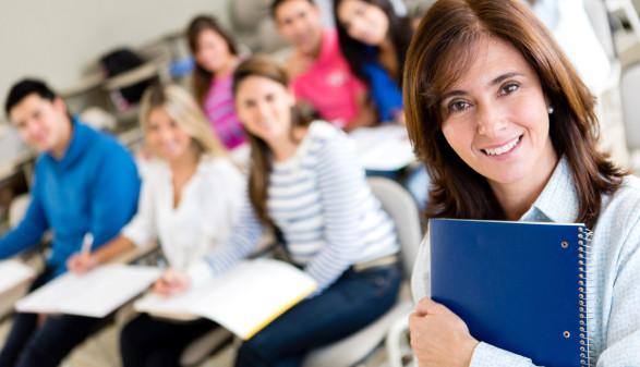 Frau mit Mappe in der Hand ©  , stock.adobe.com