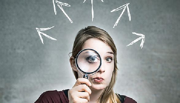 Schülerin hält Lupe vor Gesicht © DDRockstar, stock.adobe.com