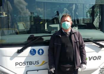 Andreas Bramböck ist als ÖBB Postbusfahrer mit Schutzmaske und Handschuhen ausgerüstet in den Bezirken St.Pölten-Land und Tulln für seine PassagierInnen da. ©  , AK Niederösterreich, zVg