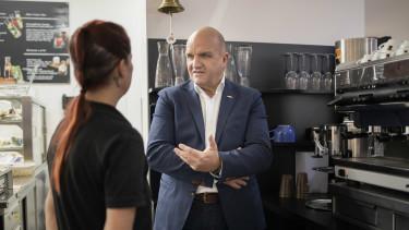 AK Niederösterreich Präsident Markus Wieser im Gespräch mit einer Mitarbeiterin in einem Kaffeehaus © Klaus Vyhnalek, AK Niederösterreich
