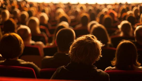 Publikum blickt auf Bühne © aerogondo, stock.adobe.com
