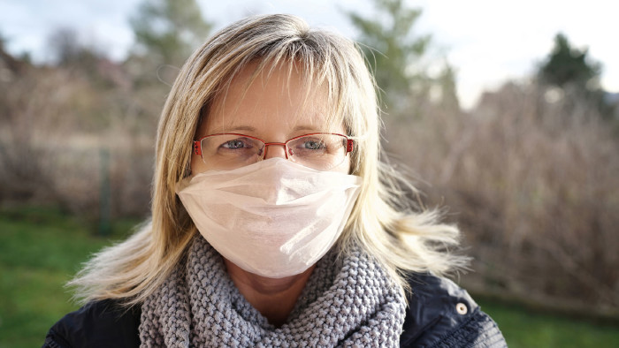 Frau mit Mundschutz © Jenny Sturm , stock.adobe.com
