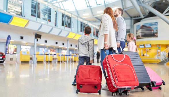 Familie und Kinder im Flughafen warten auf Abflug © Robert Kneschke, stock.adobe.com