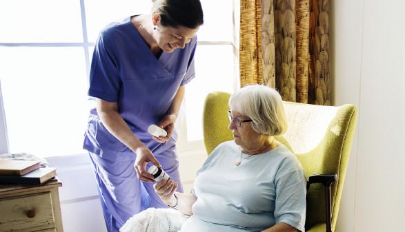 Pflegerin zeigt Patientin Medikament © Rawpixel.com, stock.adobe.com