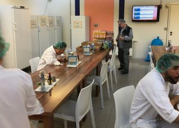 Getränke und Mehlspeisen stehen für MitabeiterInnen der Firma Manner wie Lagerarbeiter Gerhard Ulrich (2. v. r.) während der Coronapandemie kostenlos zur Verfügung. ©  , AK Niederösterreich, zVg
