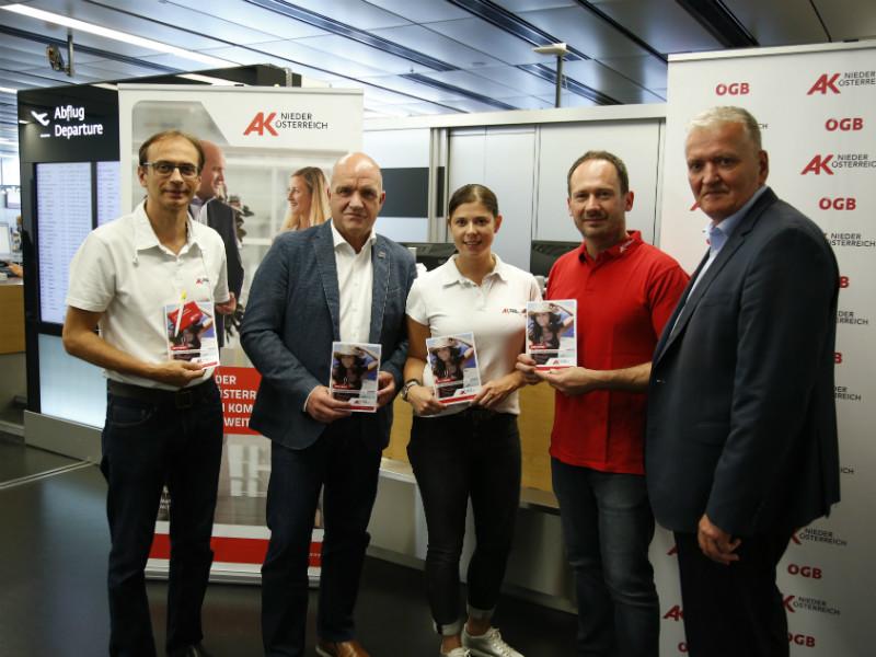 AK Niederösterreich-Präsident und ÖGB NÖ-Vorsitzender Markus Wieser (2. v. li.) und LH-Stv. Franz Schnabl (re.) mit AK-KonsumentenschützerInnen © Wolfgang Prinz, AK Niederösterreich