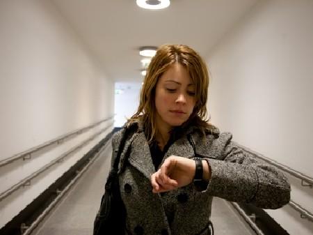 Frau blickt genervt auf Ihre Uhr © Benicce, Fotolia
