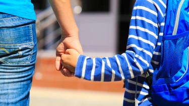 Mutter hält ihren Schulanfänger an der Hand © nadezhda1906, stock.adobe.com