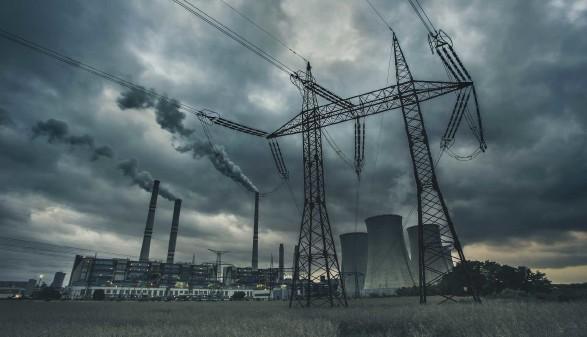 Strommasten vor dunklem Himmel © davidjancik, Adobe Stock