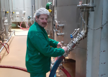 Dank AUSTRIA JUICE-MitarbeiterInnen wie Erich Sandhofer ist die Produktion von Fruchsäften weiterhin gesichert. ©  , AK Niederösterreich, zVg