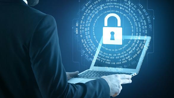 Mann mit Laptop © Peshkova, stock.adobe.com